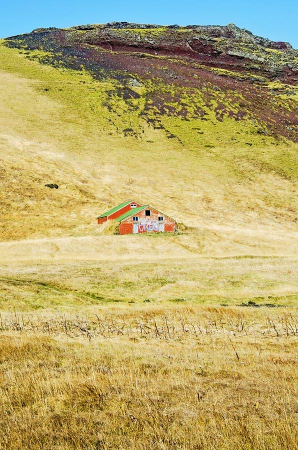 Scheune auf einem Hügel in Süd-Island lizenzfreie stockfotos