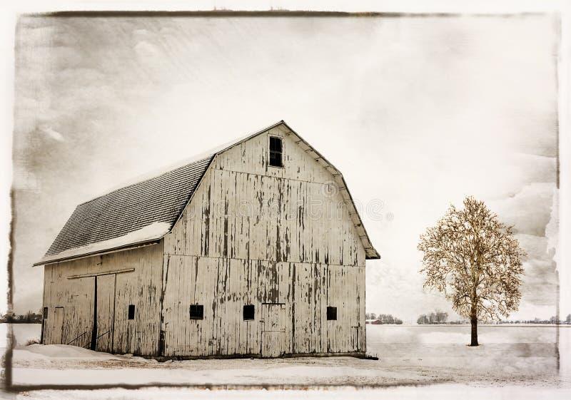 Scheune des verschneiten Winters lizenzfreie stockfotos