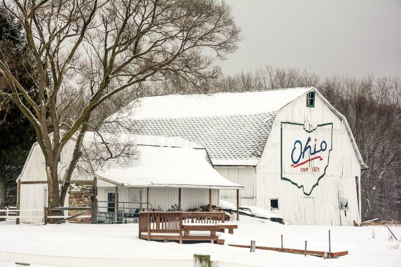 Scheune des verschneiten Winters stockbilder