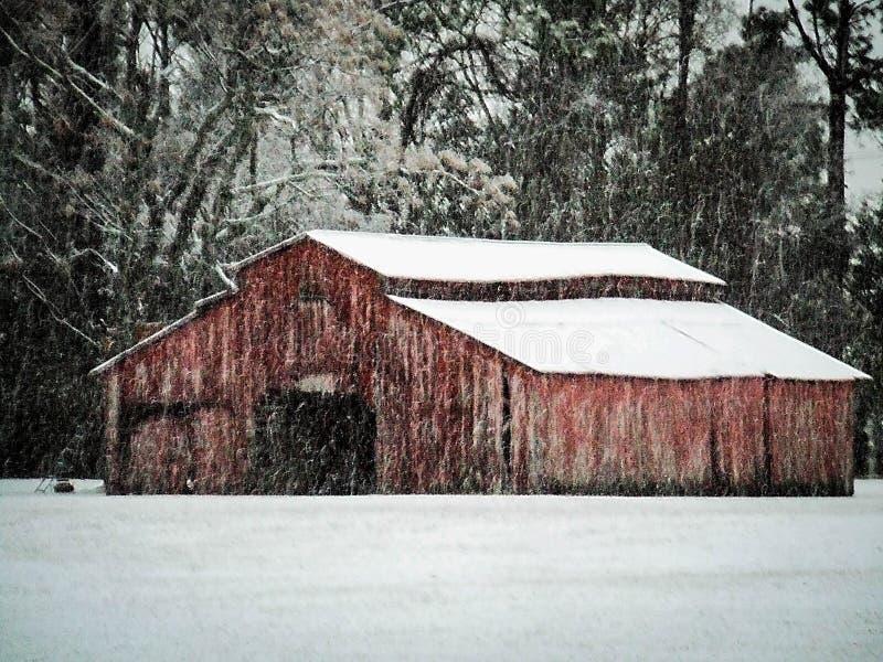 Scheune im Winterschnee lizenzfreie stockfotos