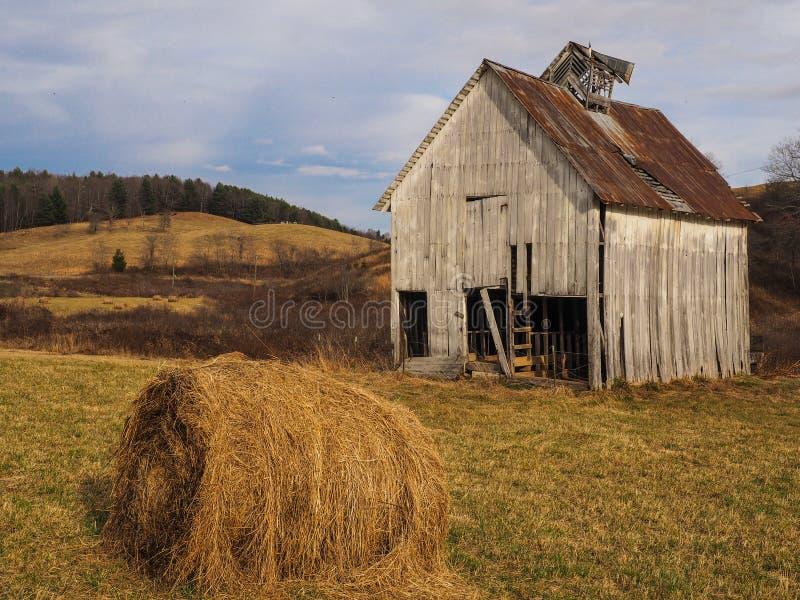 Scheune und Hay Roll lizenzfreies stockbild