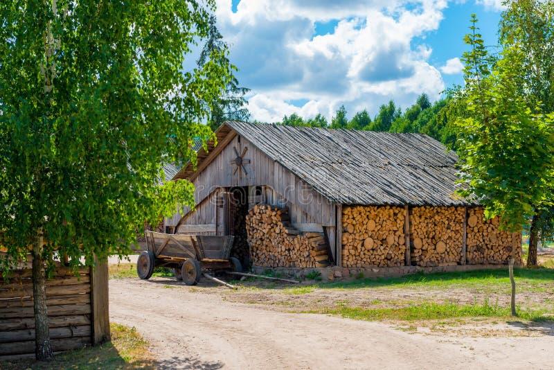 Scheune voll von Reserve Brennholz lizenzfreies stockfoto