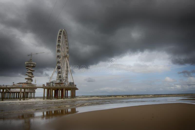 Scheveningen strand på en stormig dag fotografering för bildbyråer