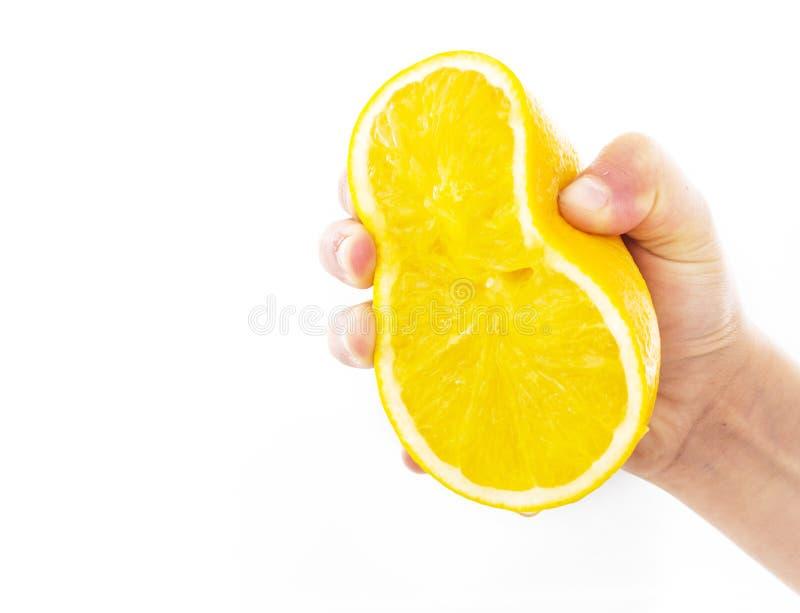 Schiacciando arancia isolata su un fondo bianco fotografie stock