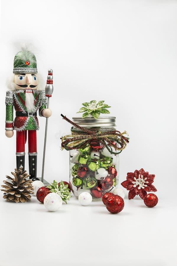Schiaccianoci tradizionali con i simboli di Natale su un fondo bianco immagine stock libera da diritti