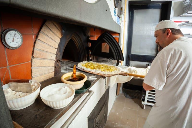 Schiacciata es una clase de pan hecha en Toscana, Italia imagen de archivo