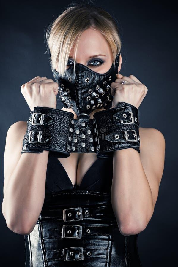 Schiavo in una maschera con le punte fotografia stock