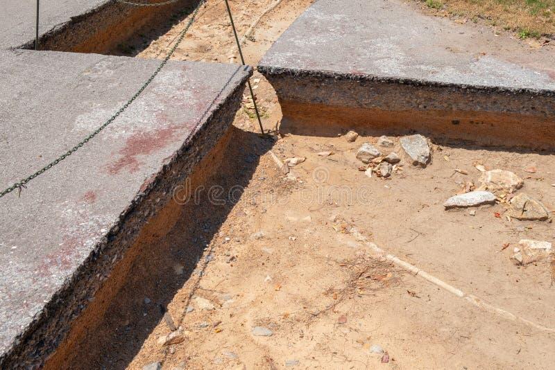 Schicht des Bodens und der Straße vor der Reparatur lizenzfreies stockfoto