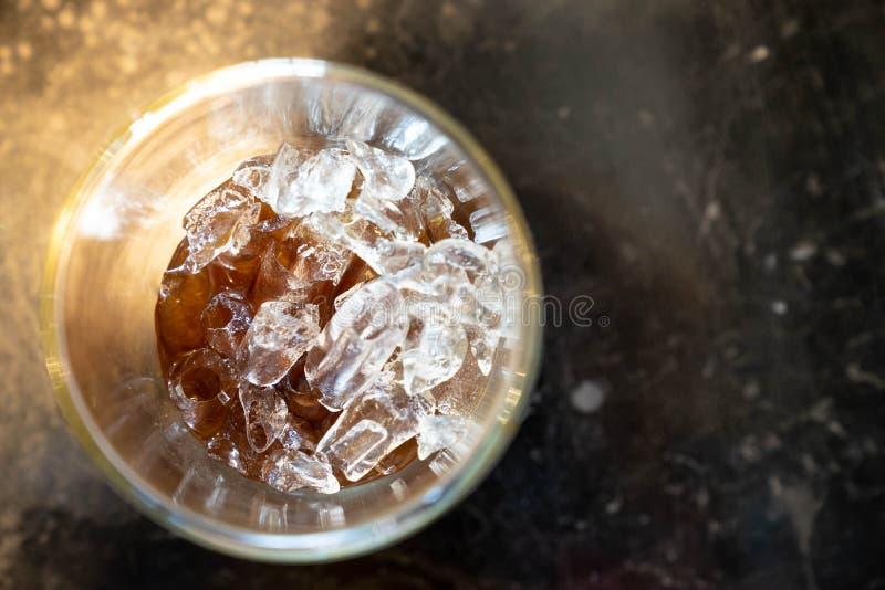 Schichten Sie Ansicht des Eiswürfels im Kolabaumglasgetränk auf lizenzfreie stockbilder