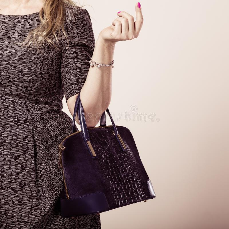 Schicke Frau mit Handtasche lizenzfreies stockbild