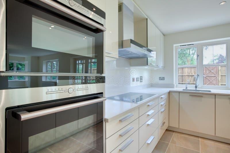 Schicke moderne Küche lizenzfreies stockfoto