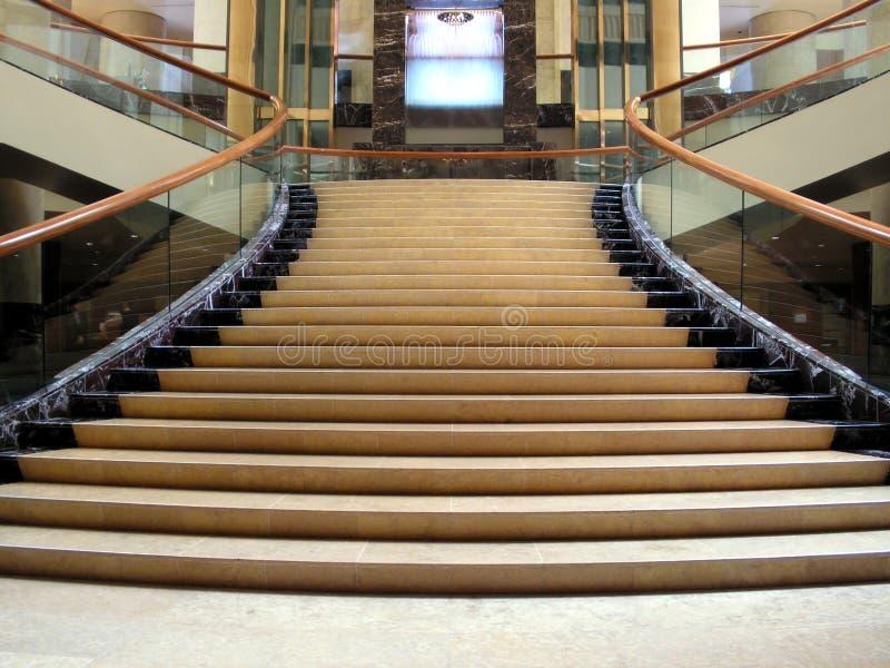 Schicke Vorhalle mit Treppenhaus stockbild