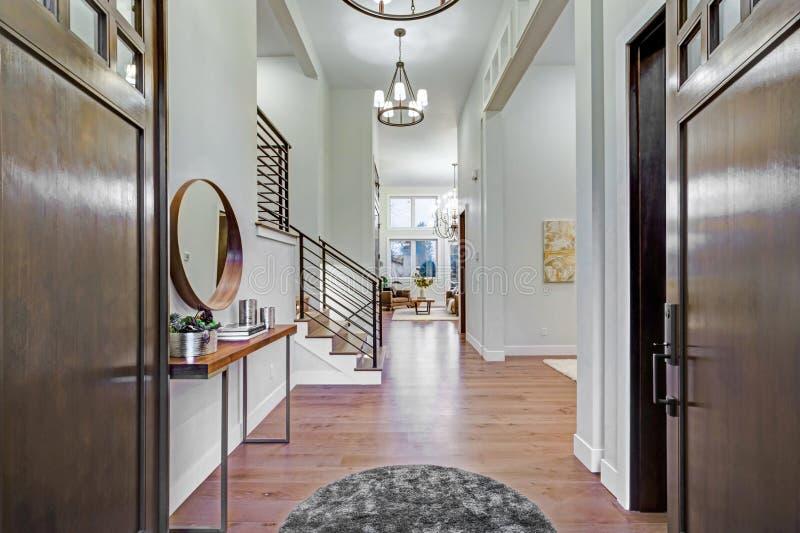 Schickes Eingangsfoyer mit hoher Decke und weißen Wänden lizenzfreie stockbilder