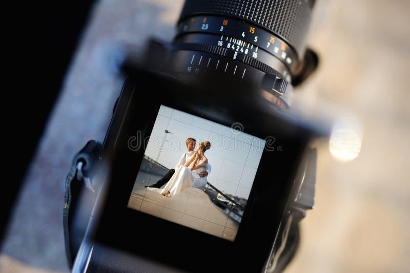 Schießen einer Hochzeit mit einer oldschool Kamera stockfoto