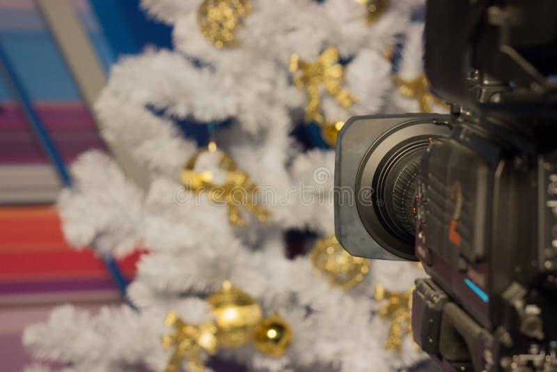 Schießen Sie einen Baum der Videokameraweißen weihnacht mit Goldverzierungen Rosa Hintergrund Weihnachtsschießen, festliche Stimm stockbild