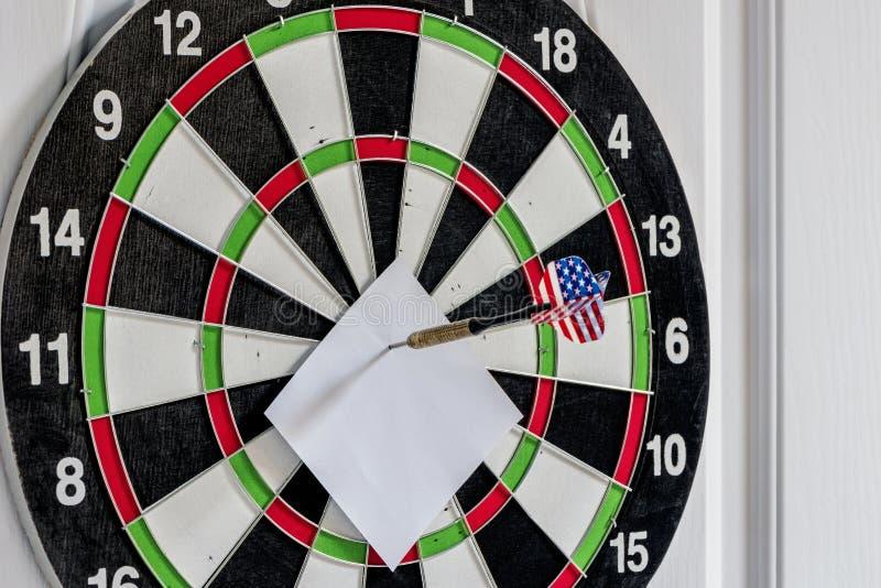 Schießen Sie Pfeile in der Zielmitte mit leerer Anmerkung stockbild