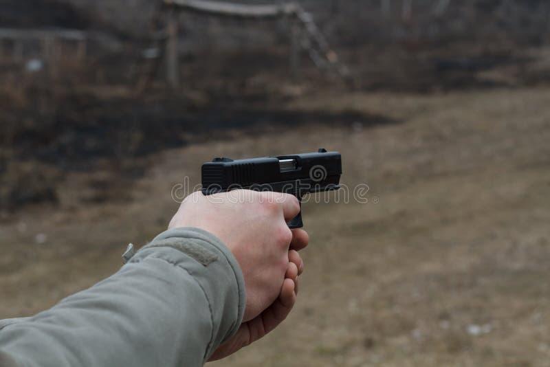 Schießen von einer Pistole Neuladen des Gewehrs Der Mann strebt das Ziel an Schießstand Bemannen Sie Zündung usp Pistole am Ziel  lizenzfreie stockfotos