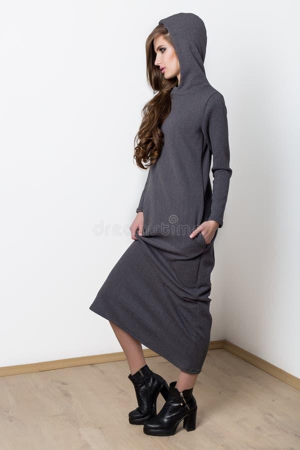 Schießenmode kleidet mit schönem sexy Mädchen mit lang an, um zu Katalogisieren lizenzfreies stockbild
