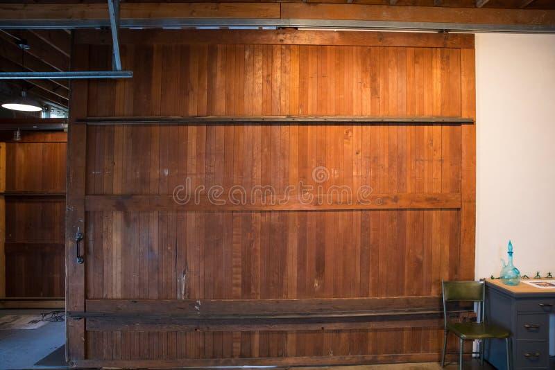 Schieben der Scheunen-Tür am Studio lizenzfreies stockbild
