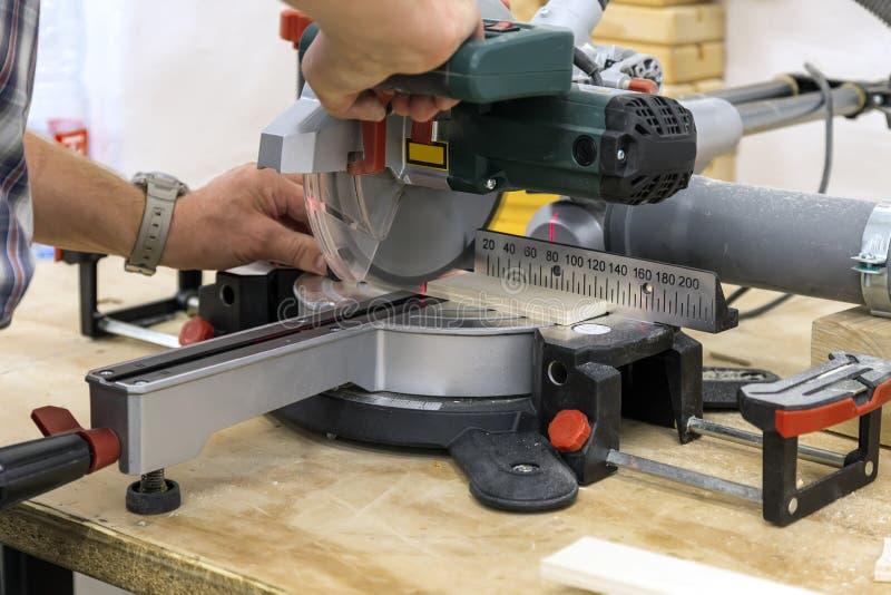 Schieben der Verbundgehrungsfugensäge mit Laser-Zeiger lizenzfreies stockbild