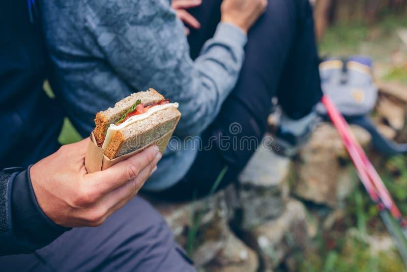 Schieben Sie ein, dass ein Paar das Handeln des Trekkings essen wird lizenzfreies stockfoto