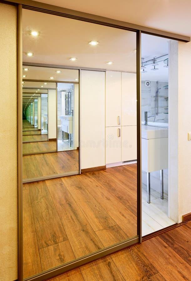Schieben-Tür Spiegelgarderobe im modernen Halleninnenraum stockfotos