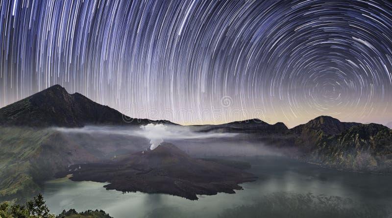 Schieben von Sternen über Berg Rinjani lizenzfreie stockfotografie