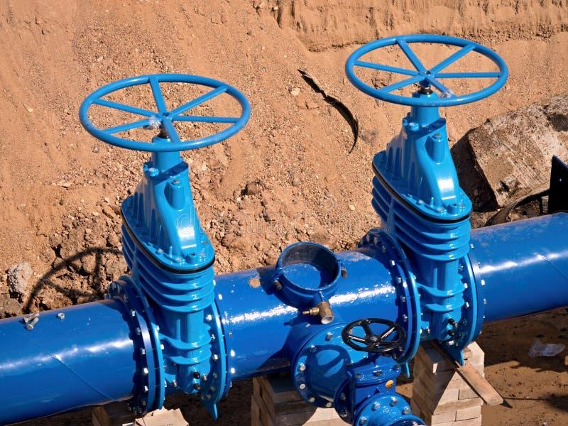 Schieber Untertage, Wasserrohrleitungsventil auf einer blauen Rohrleitung nach Rekonstruktion stockbilder