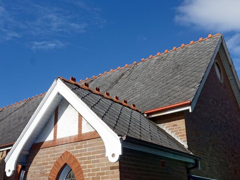 Schiefer deckte Dach auf alter Kirche mit Ziegeln stockfotografie