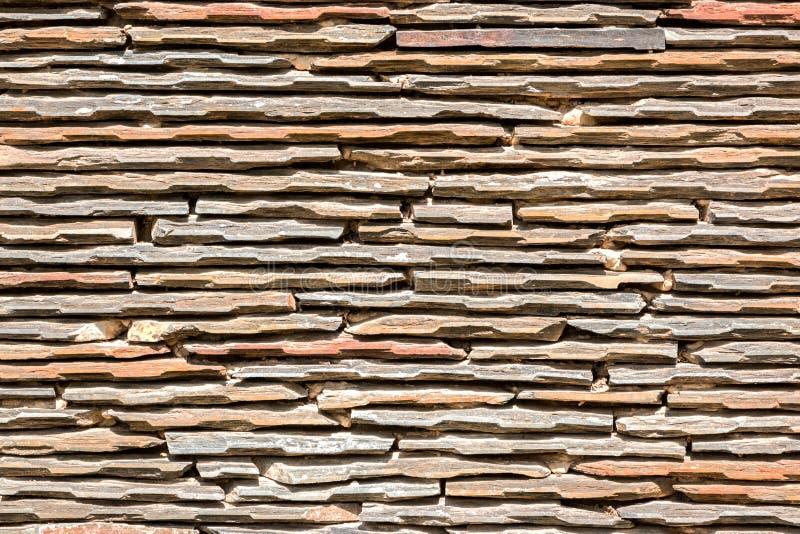 Schiefer-Steinwand im Sonnenschein stockfoto