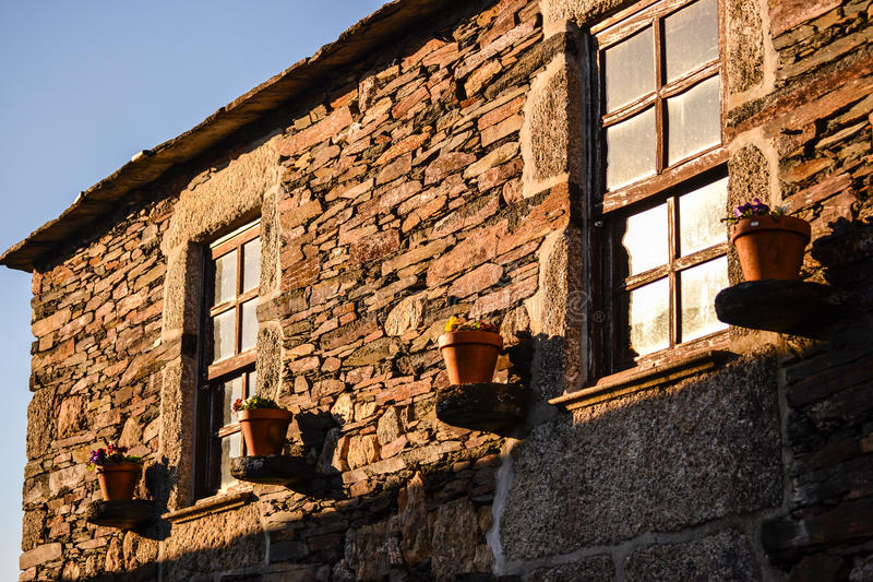 Schieferhaus mit Fenstern und Blumen stockfotos