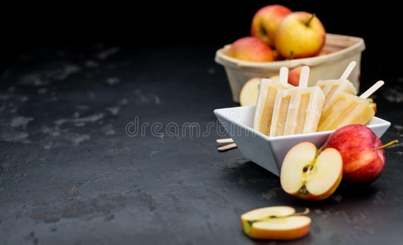 Schieferplatte mit irgendeinem selbst gemachtem Apple-Eis am Stiel lizenzfreies stockbild