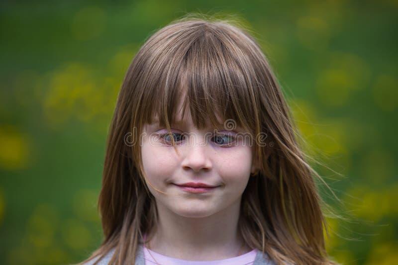 Schielendes junges Mädchen stockfotos