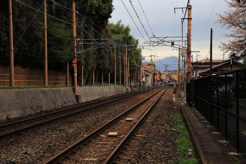 Schiene, die durch alte japanische Stadt überschreitet stockbilder