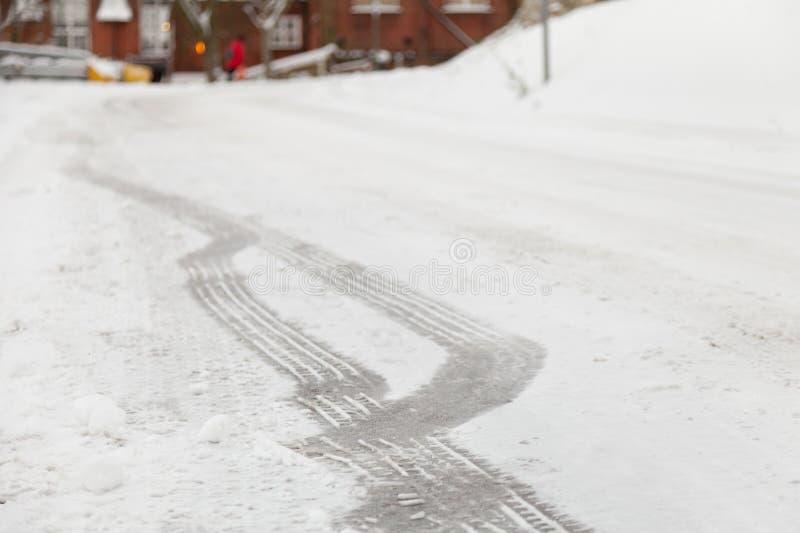 Schienen-Markierungen im Schnee stockbilder