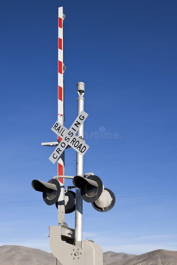 Schienen-Straßen-Überfahrt-Signal stockfoto