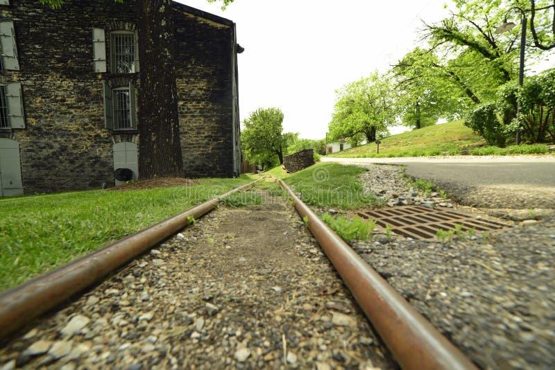 Schienen, zum des Fasses voll Bourbons zum rickhouse für das Altern zu rollen stockfotos