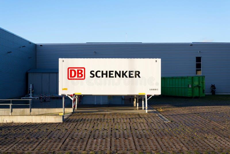 Schienenbetreiber Deutsche Bahn AG DBs Schenker deutsches Logistikabteilungs-Firmenlogo auf Versandverpackung stockfotografie