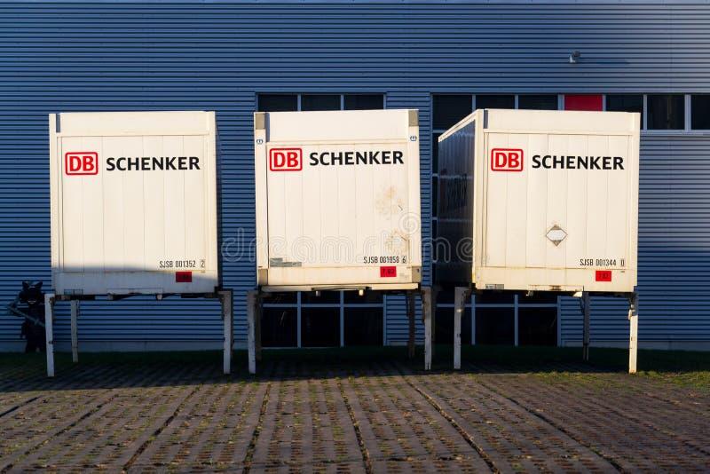 Schienenbetreiber Deutsche Bahn AG DBs Schenker deutsches Logistikabteilungs-Firmenlogo auf Versandverpackung stockbild