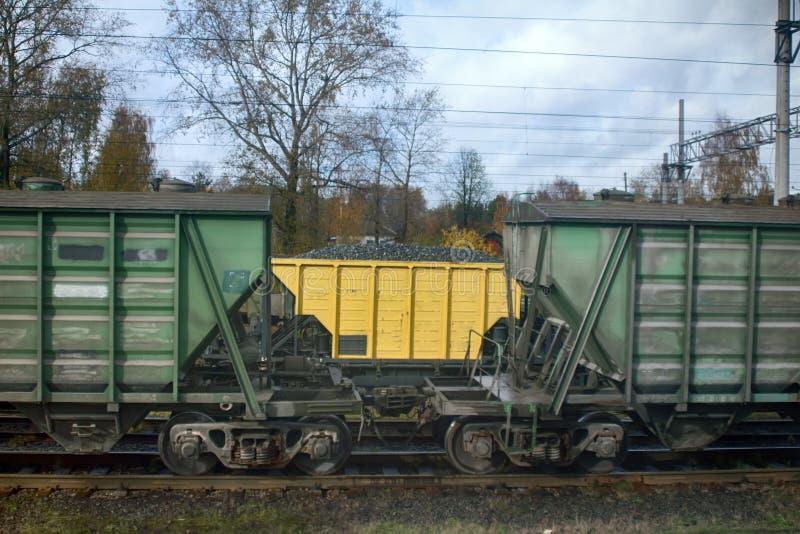 Schienentransport von verschiedenen Waren stockfoto