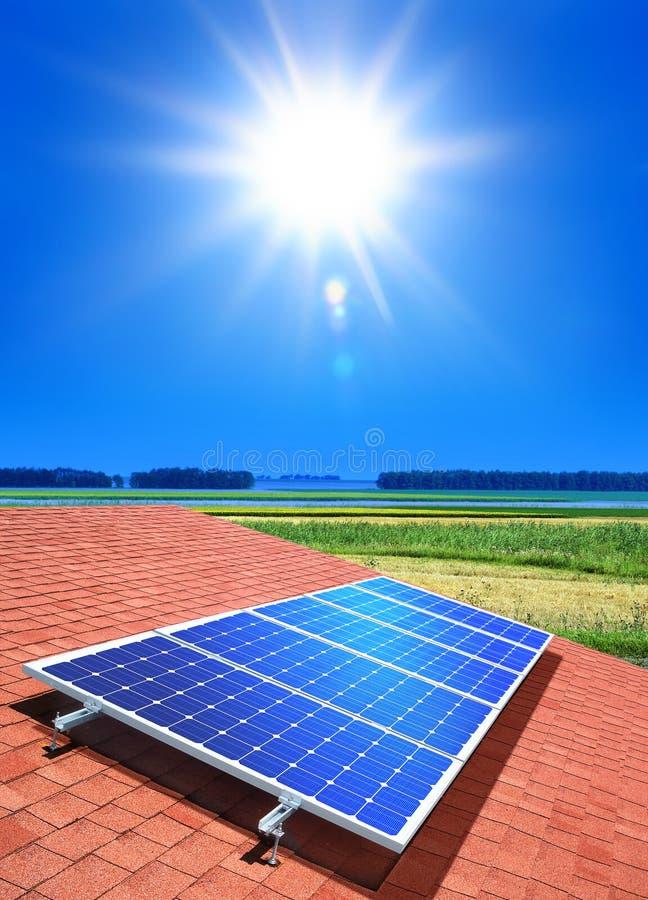 Schiera a cellule solari sul tetto immagini stock libere da diritti