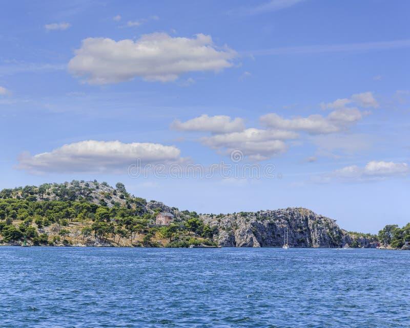 Schiereiland van de stad van Sibenik met een baai van het Adriatische Overzees royalty-vrije stock foto's