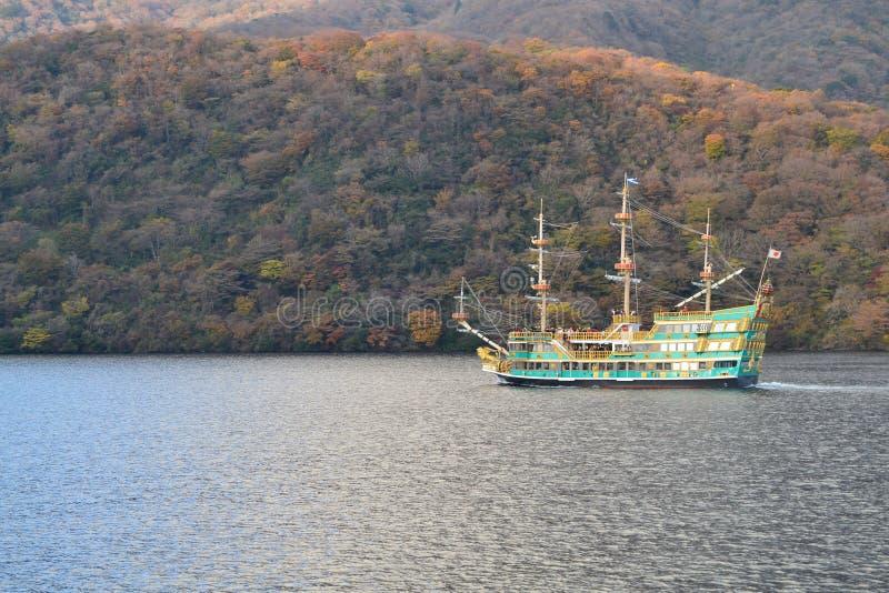 Schiff über See in der Herbstsaison stockfotografie