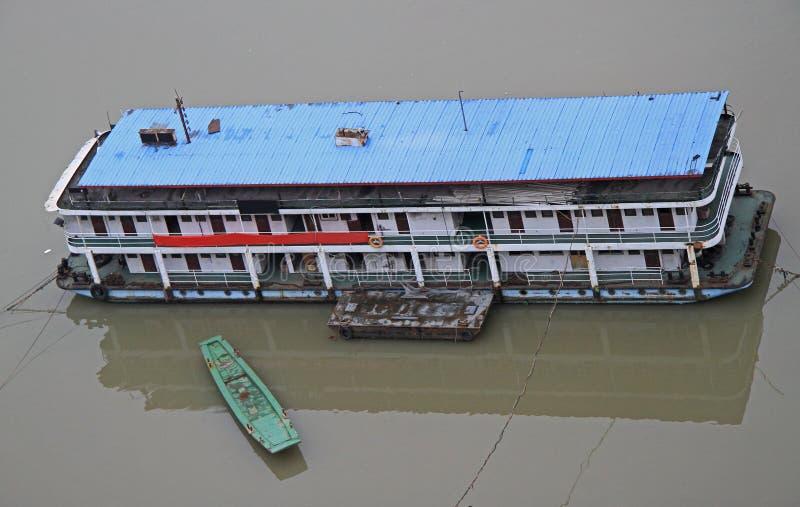 Schiff auf dem Fluss Yangtse in Chongqing stockfoto
