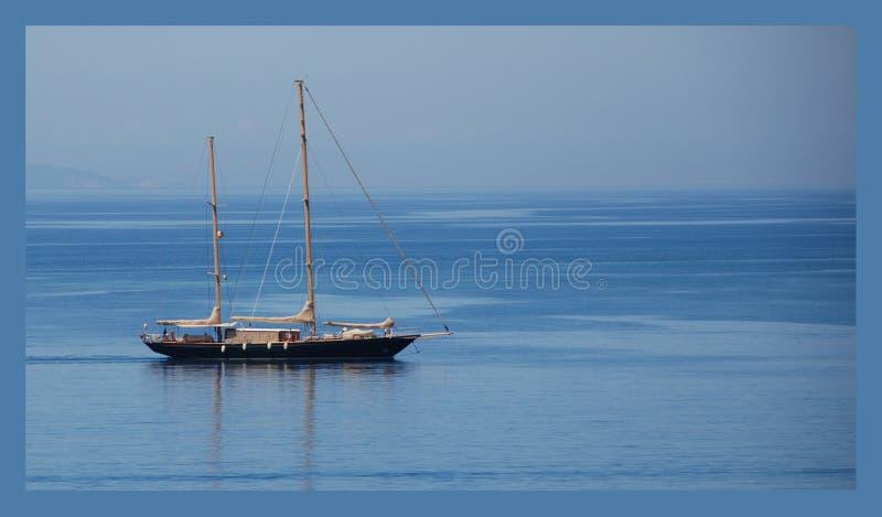 Schiff auf einem einfachen blauen Hintergrund stockfoto