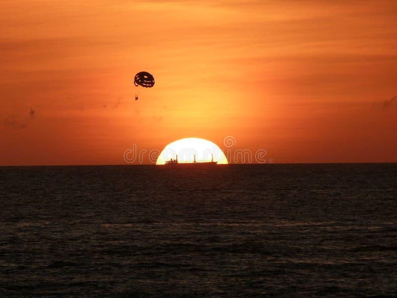 Schiff bei dem Sonnenuntergang lizenzfreie stockfotografie