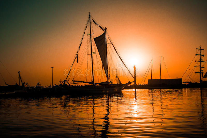 Schiff bei Sonnenuntergang stockfotografie