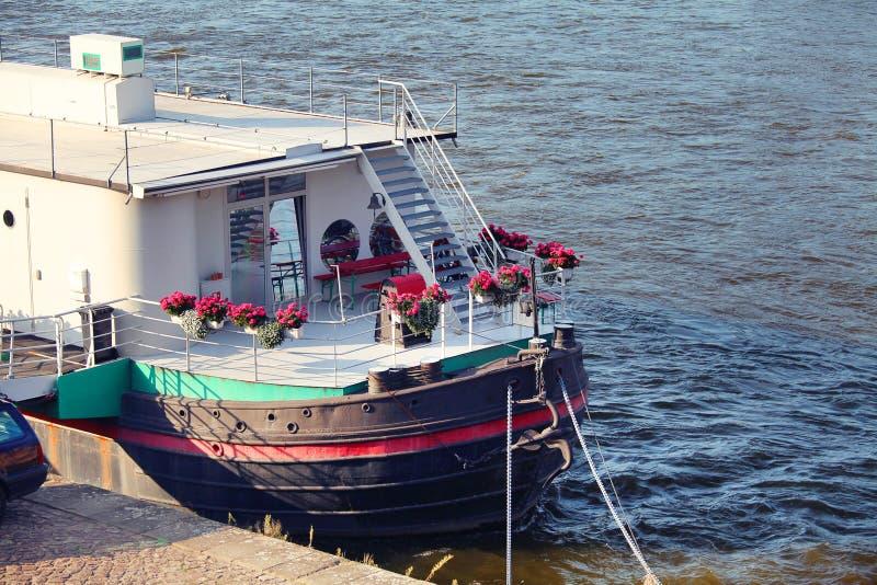 Schiff bereit zur Exkursion auf dem Fluss stockfotografie