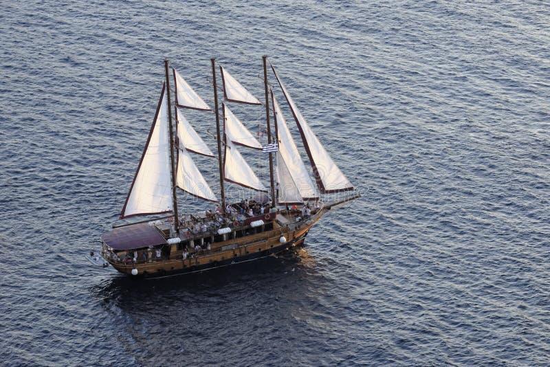 Schiff, das bei Sonnenuntergang kreuzt stockfoto