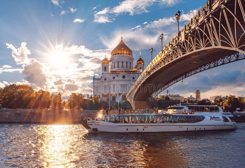 Schiff der Flotille Radisson königlich Moskau-Flusskreuzfahrt Die Kathedrale von Christus der Retter bei Sonnenuntergang lizenzfreies stockbild